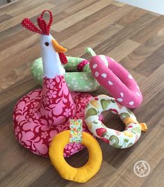 The Chickens went to two to create this birth gift: To do it, falls of colored fabric, bits of ribbons, fleece or felt for the head of the hen and the … Handmade Baby Gifts, Handmade Crafts, Cute Sewing Projects, Doll Carrier, How To Make Toys, Baby Couture, Fabric Toys, Kids Room Art, Sewing Toys