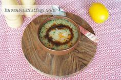 Köylü Çorbası Tarifi - Malzemeler : 1 adet soğan, 1 adet havuç, 1 yemek kaşığı tereyağ, 1 yemek kaşığı sıvı yağ, 1 tepeleme yemek kaşığı un, 1 çaykaşığı toz biber, 1 yemek kaşığı kalın bulgur, 1 yemek kaşığı pirinç, 1 yemek kaşığı yeşil mercimek, 1 yemek kaşığı kırmızı mercimek, 1 dolu avuç erişte, 1 tatlı kaşığı nane, 5 su bardağı oda sıcaklığında su, Tuz.