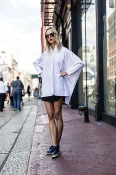 A good example of how to rock a white shirt for summer. Pair it with a mini skirt and a pair of trainers for a casual but still girly look. Looks Style, Style Me, Classic Style, Camisa Oversized, Oversized Shirt, Style Outfits, Vogue, White Shirts, Mode Inspiration