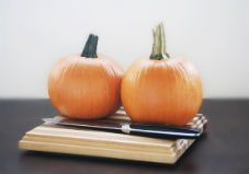 Pumpkin spice lattes, pumpkin pie, and… pumpkin everything ever makes the world go 'round. Use this step-by-step guide to make your own fresh, healthy pumpkin puree for your favorite fall recipes. Homemade Pumpkin Puree, Healthy Pumpkin, No Carb Recipes, Real Food Recipes, Yummy Food, Easy Dinner Recipes, Fall Recipes, Pumpkin Recipes, Pesto