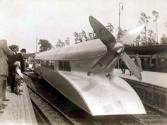 The Rail-Zeppelin 230 km/h. Super Tank, Mechanical Engineering Design, Railroad Pictures, Train Art, Hamburg Germany, Steam Locomotive, Train Tracks, Weird World, Retro Futurism