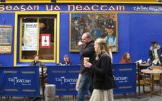 A local's perspective on which pubs are tourist-oriented, locals-oriented, or both.