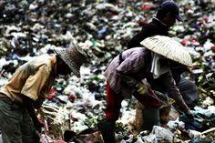 Pemulung sampah. Saat kami memasang pipa hdpe di salah satu proyek di Jakarta. Ini adalah contoh kemiskinan yang hadi di Indonesia. http://astycointiselaras.co.id/membantu-rakyat-miskin/