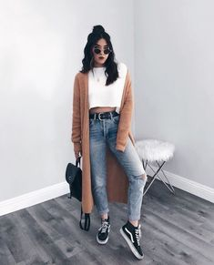 STYLECASTER ripped jeans ripped jeans outfit fall outfit fall fashion falls style How to Wear Ripped Jeans Street Style Inspiration How To Make Ripped Jeans, Ripped Jeans Look, Ripped Jeans Outfit, Outfits With Jeans, Casual Jeans, Denim Jeans, Women's Casual, Jeans Style, Mode Outfits