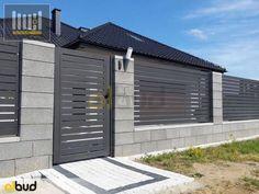 47 de modele de garduri din fier, piatra si lemn - IdeiAmenajari.ro House Fence Design, Modern Fence Design, Front Gate Design, Door Gate Design, Yard Design, Front Yard Decor, Modern Front Yard, Front Yard Fence, Fenced In Yard