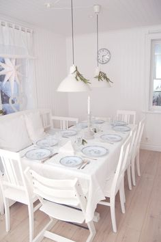 Strawberries with milk Beach Dining Room, Dining Room Table, Dining Room Inspiration, Interior Inspiration, Come Dine With Me, Swedish Interiors, Home Fashion, Table Settings, Setting Table