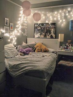 Grafika przez We Heart It #bedroom #cute #fairylights #lights #pictures #pink #tumblr