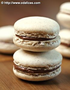 Macaroons with hazelnut and nutella - the best cooking recipes from Ôdélices Nutella Fudge, Nutella Macaroons, Macarons, Nutella Cookie, Köstliche Desserts, Delicious Desserts, Dessert Recipes, Pastry Recipes, Cookie Recipes