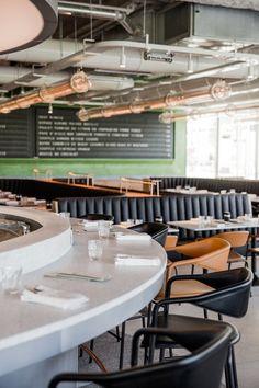 Champeaux, le dernier restaurant d'Alain Ducasse Le bar, en granito blanc, ou la meilleure façon de déjeuner sur le pouce. Prises pour recharger son portable et crochet pour son sac compris, bien sûr.