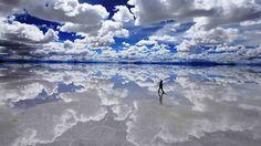 Jouer avec son reflet au dans le désert du Salar d'Uyuni, en Bolivie. Située à 3 658 m d'altitude et d'une superficie de 10 582 km², il constitue le plus vaste désert de sel du monde.
