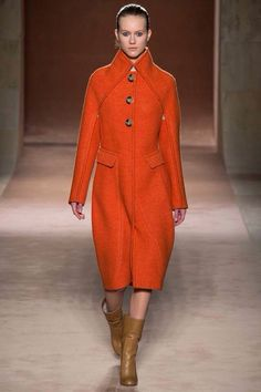 Victoria Beckham F/W 2015  For Victoria Beckham, juste one piece can make the total look fashionable, we can always find this simple powerful elegant woman in the collection, and it sounds that Victoria wants to make this woman more maternal and more focus on her family life since a moment.