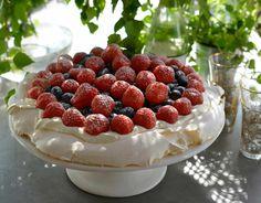 Lemon Curd Pavlova, Strawberry Pavlova, Meringue Pavlova, Pavlova Recipe, Meringue Cake, Mini Pavlova, Pavlova Toppings, Always Hungry, Bakken