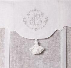 Store de charme brodé 60x120 cm store rideau pour Maison cosy Broderie grise, tunnel passe tringle. Très beau store blanc lin, voile de lin, finition pompon tissu, il apportera une ambiance de charme.