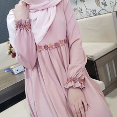 - Tesettür Ayakkabı Modelleri 2020 - Tesettür Modelleri ve Modası 2019 ve 2020 Hijab Gown, Hijab Style Dress, Hijab Chic, Dress Outfits, Abaya Fashion, Modest Fashion, Fashion Dresses, Fashion Muslimah, Estilo Abaya
