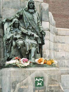 Standbeeld gebroeders De Witt in Dordrecht Family Roots, 17th Century, Childhood Memories, Netherlands, Holland, Dutch, Beautiful Pictures, Statue, City