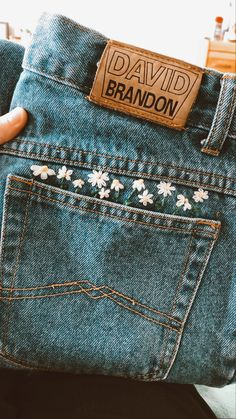 embroidered jeans I love these little details Simple Embroidery Designs, Embroidery On Clothes, Couture Embroidery, Embroidered Clothes, Hand Embroidery Designs, Vintage Embroidery, Embroidery Stitches, T Shirt Embroidery, Jeans With Embroidery