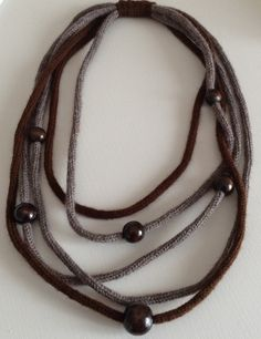 Collana di lana con perle in legno : Collane di dabashop