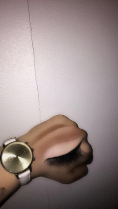 I Saw these pics and i had to try it! So i draw eye on my hand with my makeups