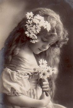 Det er alltid hyggelig å somle litt: Vintage Bilder Vintage Children Photos, Images Vintage, Vintage Girls, Vintage Pictures, Old Pictures, Vintage Postcards, Old Photos, Antique Photos, Vintage Photographs
