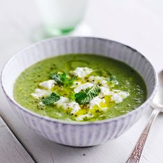 Deze makkelijke en gezonde broccolisoep staat snel op tafel. De knoflook geeft een extra touch aan de soep. Garneer met ricotta en verse munt. 1. Bak 1 gehakte teen knoflook en 2 stengels bleekselderij, in stukjes, in 2–3 min. zacht in een wat...