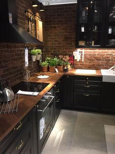 There is no question that designing a new kitchen layout for a large kitchen is much easier than for a small kitchen. A large kitchen provides a designer with adequate space to incorporate many convenient kitchen accessories such as wall ovens, raised.