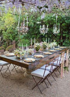 ausgefallene-Tischdeko-Hochzeit-draußen-mit-viel-grün