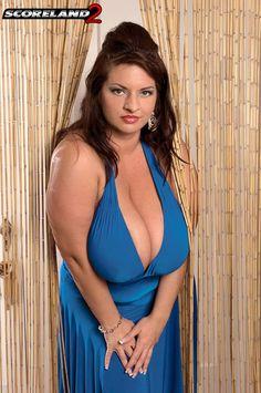 Maria Moore Curvy Girl Fashion, Plus Size Fashion, Maria Moore, Dark Blue Hair, Bra Cup Sizes, Angela White, Full Figured Women, Types Of Women, Xl Girls
