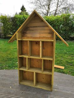 So baut man ein Insektenhotel - Die Manowerker Bug Hotel, Water Pillow, Pallet Shed, Design Jardin, Design Your Dream House, Cute Home Decor, Other Rooms, Living Room Decor, Backyard