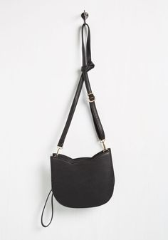 No Hard Felines Bag in Black. Brace yourself, because every time you step out while sporting this cat-shaped purse, you'll be overwhelmed with a round of 'app-paws'! A faux-leather accessory that's both quirky and versatile, this black bag has all the bells and 'whiskers' for a truly uplifting look.