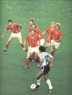 Diego Maradona being covered by 6 Belgian players during the opening match of the 1982 FIFA World Cup in Spain. It worked as Argentina was stunned in a major upset at the Nou Camp in Barcelona. World Football, Soccer World, World Of Sports, Football Soccer, Retro Football, Fifa, American Football, Football Mondial, Diego Armando