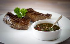 Chimichurri, a delicious Argentinian sauce. (in Dutch with translator) Low Sodium Recipes, Moussaka, Chimichurri, Steaks, Pickles, Salsa, Veggies, Meat, Cooking