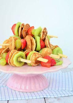 Ideas For Fruit Traktatie Simpel Fruit Kabobs, Fruit Snacks, Fruit Recipes, Fruit Party, Party Snacks, Poffertjes, Fruit Salad With Yogurt, Fruit Packaging, Fruits For Kids