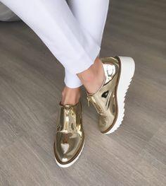 Olhem esse sapato dourado maravilhoso que não vai sair mais do pé tão cedo!!