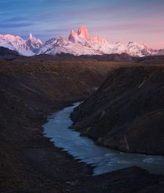Won´t tell you that this spot is hard to shoot... it´s just next to the road. Well on the drive out of El Chaltén it´s still a nice stop to see the Fitz Roy and Cerro Torre massive one last time, before you continue your drive. Here rio de las vueltas (the turning river) turns through a deep rocky canyon...