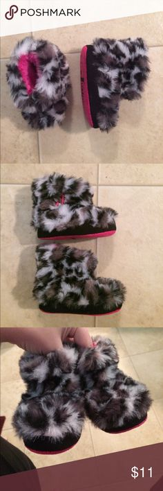 $8 like new baby girls Justin boots medium 4-5 Soft and fuzzy! Hi! Thanks for the like! be sure to check out the super cheap bundle price of each listing in the listing titles and let me know if you are interested or have any questions :) Justin Boots Shoes