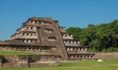 https://flic.kr/p/DgPUcw | EL Tajin 112 | Piramide de los Nichos  El Tajín es una zona arqueológica precolombina cerca de la ciudad de Papantla, Veracruz, México. La ciudad de Tajín se cree que fue la capital del imperio Totonaca y llegó a su apogeo en la transición al Posclásico conocido también como Período Epiclásico mesoamericano, entre los años 800 y 1150, cuenta con varias Canchas de Pelota y basamentos piramidales. Wikipedia