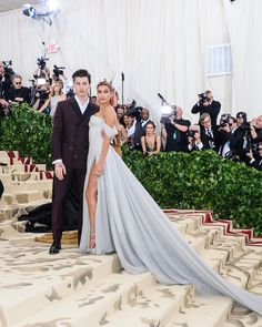 Hailey Baldwin and Shawn Mendes finally made their relationship status official on the Met Gala red carpet! Click above to see more celeb couples who have done the same. Emilia Clarke, Celebrity Couples, Celebrity Style, Gala Dresses, Wedding Dresses, Bridesmaid Dresses, Hailey Baldwin Style, Haley Baldwin, Met Gala Red Carpet