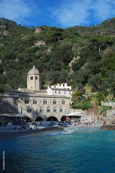 Camminare nel Parco di Portofino, tra Camogli e San Fruttuoso, è un'esperienza intensa. Un percorso a picco sul mare per raggiungere l'Abbazia Trekking, Italy, San, Mansions, House Styles, Holiday, Italia, Vacations, Manor Houses