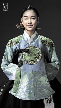 Figure skater Kim Yuna dressed up in hanbok Korean Traditional Dress, Traditional Fashion, Traditional Dresses, Korean Dress, Korean Outfits, Kim Yuna, Modern Hanbok, Ethnic Dress, Mode Inspiration