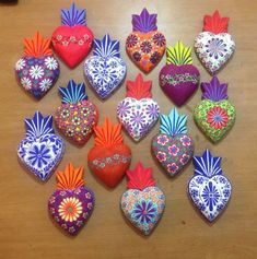 Corazones Mexican Crafts, Mexican Folk Art, Felt Crafts, Diy Crafts, Beaded Beads, Mexican Christmas, Tin Art, Mexican Designs, Idee Diy