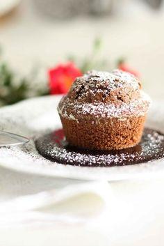 Cosa può esserci di più morbido e invitante di un tortino servito tiepido su una crema calda al cioccolato e caffè?E se si utilizza il caffè in polver...