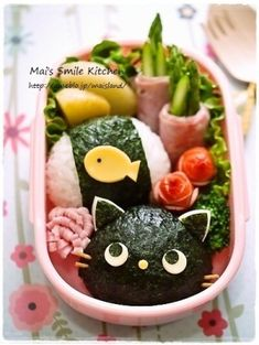 日本人のごはん/お弁当 Japanese meals/Bento 黒猫と魚弁当 Les kyaraben sont des trésors d'imagination et de créativité ! Et ils ont l'air kawaii et délicieux ! Cute Food, Good Food, Comida Diy, Japanese Food Art, Japanese Meals, Japanese Lunch Box, Japanese Style, Kawaii Cooking, Kawaii Bento