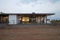 Casa Deolali / SPASM Design Architects