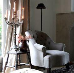 Rustige natuurlijke kleuren met antiek tafeltje en aardewerk pot. Mooie combinatie van klassiek landelijk in een modern jasje.