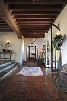 Designed by George Washington Smith in the the Spanish Revival residence exemplifies the best of Southern Californian living. Spanish Revival Home, Spanish Style Homes, Spanish Style Interiors, Spanish Design, Spanish Style Bathrooms, Style At Home, Italian Style Home, Italian Villa, Renaissance Espagnole