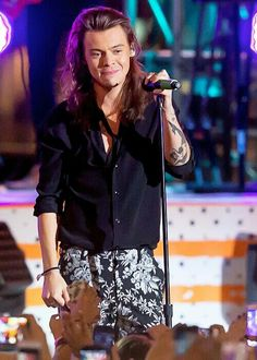 Harry performing on Jimmy Kimmel #1DonKimmel (11/19/2015)< OMG I hv the SAME PANTS AS HIM except leggings