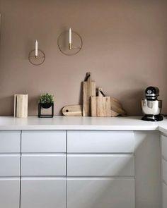10 hjem malt i Senses 2024 fra Jotun Kitchen Wall Colors, Kitchen Decor, Hallway Designs, Architectural Section, Amber Interiors, Small Furniture, Modern Interior Design, House Colors, Cool Kitchens