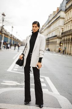 Take a look at some of the best street style looks spotted at the most fashionable shows of Paris Fashion Week Fall/Winter Casual Street Style, Look Street Style, Vogue Paris, Fashion Week, Womens Fashion, Street Looks, Blazer With Jeans, Cool Street Fashion, Classic Outfits
