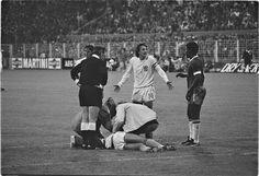 WK 1974, Nederland-Brazilië. Bij een stand van 2-0, heeft Johan Neeskens een doodschop gekregen van Louis Pereira (rechts) en ligt bewusteloos op de grond. Achter Neeskens staat Johan Cruijff 3 juli 1974  English:  1974 World Cup, Netherlands-Brazil. Johan Neeskens is kicked seriously by Louis Pereira (right) and lies unconscious on the ground. Next behind to Neeskens Johan Cruyff July 3, 1974