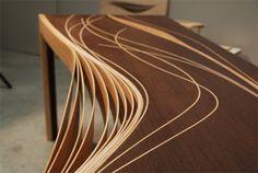 Aurélien Fraisse, jeune designer ébéniste, nous a contacté afin de nous présenter son meuble de diplôme de fin d'études. Ce bureau s'appuie sur l'esthétique des lignes courbes, l'observation de la nature et le fait que l'ornementation découle de la structure du meuble.